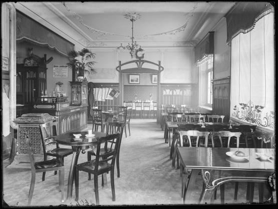 Auch die Jugendstil-Gaststube (hier im Jahr 1903) ist längst verschwunden.