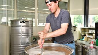 Timo Caspar von der Brauerei Dünnern braut sein Ola-Bier im Dietschi-Gebäude