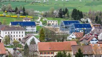 Die beiden Mehrfamilienhäuser (rechts im Bild) sind ab Sommer bezugsbereit. zvg