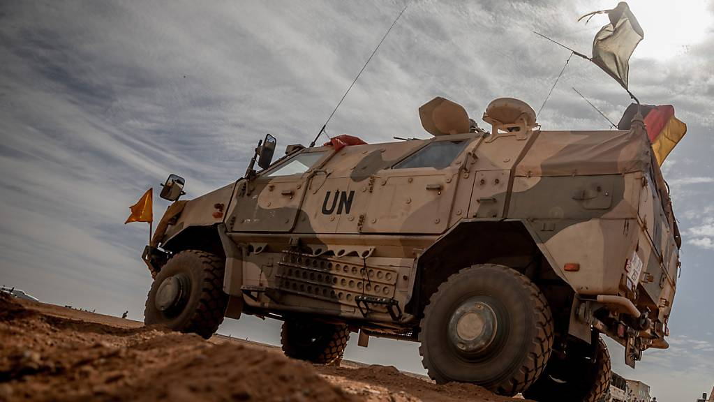 ARCHIV - Fahrzeuge der deutschen Bundeswehr stehen am Flughafen nahe des Stützpunktes im Norden Malis. Foto: Michael Kappeler/dpa
