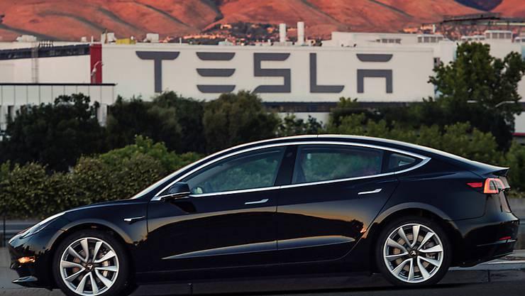 Tesla will seine Produktion ab 2018 auf 500'000 Autos pro Jahr erhöhen. Im Bild: das Model 3, das erste Elektroauto für den Massenmarkt.