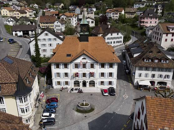 Auch der Gemeinderat von Moutier, der in diesem Gebäude tagt, gehört zu den Beschwerdeführern in Bern. (Archivbild)