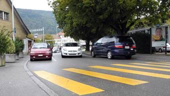 Gefährlich, oder nicht? Wegen der Kurzzeitparkplätze (links) kann es eng werden auf der Strasse, zu Stosszeiten ist es sowieso heikel. fup