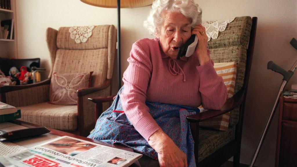 Trickbetrüger rufen ältere Menschen an und geben sich am Telefon als Polizisten aus. (Symbolbild)
