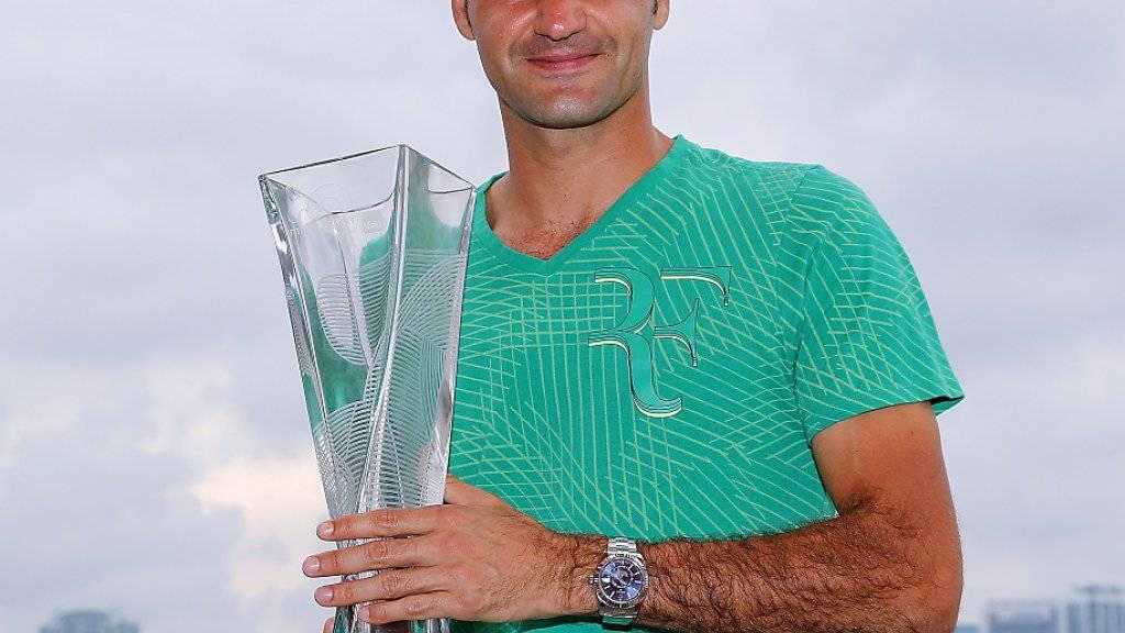 Roger Federer mit dem Siegerpokal von Miami