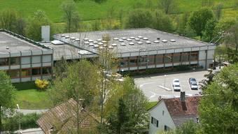 Die Flachdächer der Anlage aus dem Jahr 1976 können nach dem Gemeindeversammlungsbeschluss saniert werden.