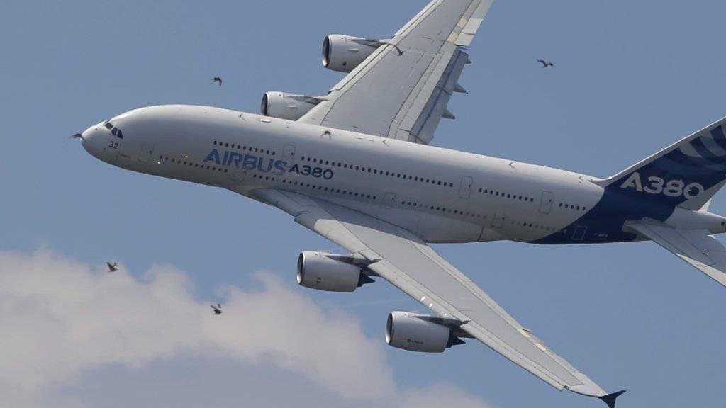Ein lauter Knall und starke Vibrationen: Eine Maschine des Typs A380 muss auf dem Flug von Paris nach Los Angeles wegen eines Triebwerkschadens in Neufundland notlanden.