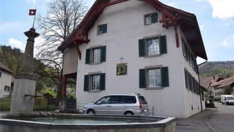 Soll vorläufig nicht verkauft werden: Das Pfarrhaus in Thalheim. AZ Archiv/mhu