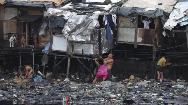 Philippiner verstärken ihre Häuser wegen des drohenden Taifuns