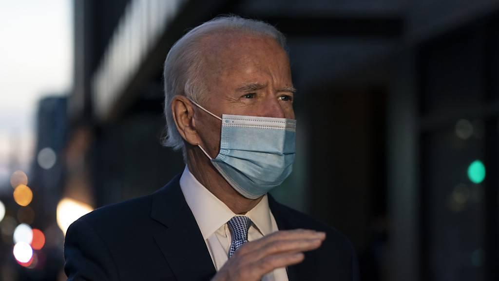 Joe Biden, gewählter Präsident der USA, spricht mit Journalisten, während er das Queen Theatre verlässt.