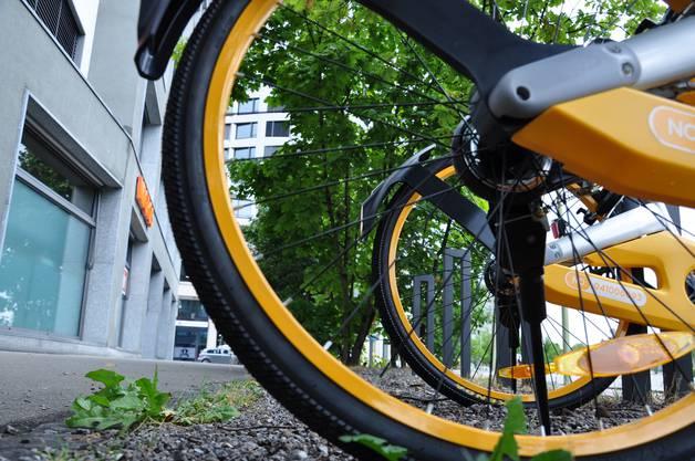 Die Stadt Dietikon wusste am Freitagmorgen noch nichts von der O-Bike-Invasion. Nur schon um das Gebäude Heimstrasse 1 stehen 20 O-Bikes. Im Hintergrund der Limmat-Tower.