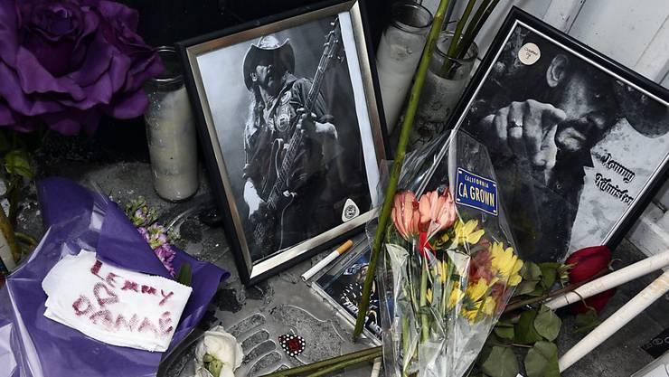 Abschied von einer Legende: Bei der Stammkneipe von Lemmy Kilmister in Hollywood erinnern Blumen, Herzen und Bilder an den Sänger.