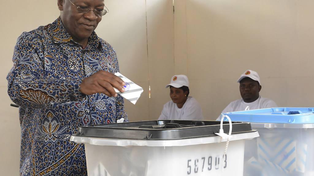 John Magufuli, amtierender Präsident von Tansania und Präsidentschaftskandidat bei der Präsidentenwahl, gibt in einem Wahllokal im ostafrikanischen Tansania seine Stimme ab. In einem angespannten Klima wählen die Bürger den Präsidenten und das Parlament neu. Der zunehmend autokratisch regierende Amtsinhaber Magufuli bewirbt sich um eine weitere fünfjährige Amtszeit. Oppositionsführer Lissu fordert ihn heraus - obwohl er erst vor drei Jahren einen Mordanschlag überlebte. Foto: Stringer/AP/dpa