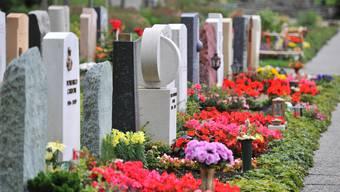Die Friedhofkommission riet von einer Verlegung des Grabes ab, weil dadurch die Totenruhe gestört würde. (Symbolbild)