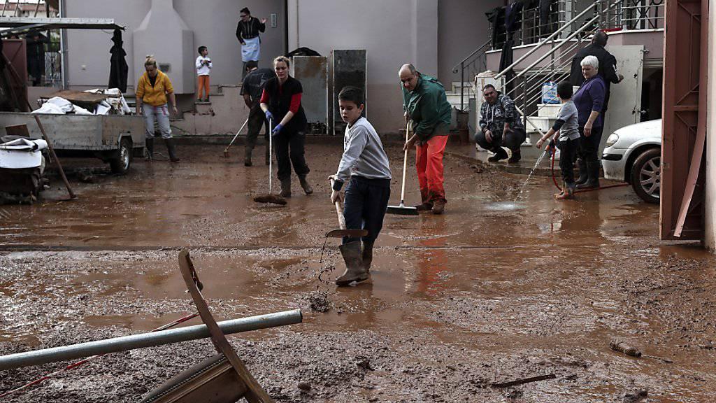 Bewohner des Dorfes Mandra im Westen von Athen reinigen ihre Häuser vom Schlamm. Die Zahl der Todesopfer der Überschwemmungen in Griechenland ist am Wochenende auf 20 gestiegen.
