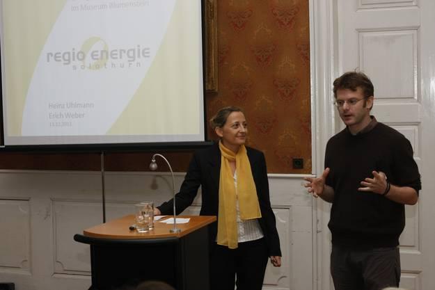 Sandra Hungerbühler (Leiterin Kommunikation Regio Energie) und Erich Weber (Konservator Museum Blumenstein) (Foto: Andreas Kaufmann)