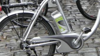 Fachhochschule, Campus Brgdorf, Übergabe der Petition zum Erhalt des Fachschulstandortes Burgdorf auf dem Rathausplatz in Bern. Die rund 80 Ueberbringer waren mit Elektrobiks angereist. © Bruno Utz