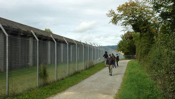 Der Kanton will Ausbruchshelfer mit einem zusätzlichen Zaun von der Justizvollzugsanstalt Pöschwies fernhalten. Der Widerstand der Anwohner wächst. Bild: mts