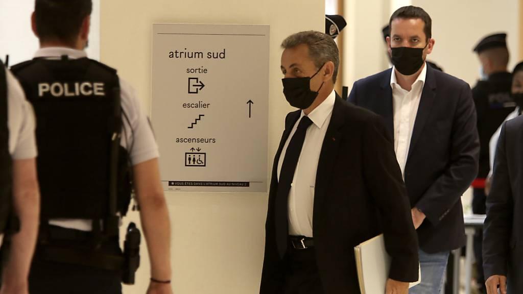 Nicolas Sarkozy (M), ehemaliger Präsident von Frankreich, kommt in einem Pariser Gerichtsgebäude an. Es ist die Fortsetzung der Verhandlungen im Prozess gegen den früheren Präsidenten Sarkozy wegen mutmaßlich illegaler Wahlkampf-Finanzierung 2012. Foto: Rafael Yaghobzadeh/AP/dpa Foto: Rafael Yaghobzadeh/AP/dpa