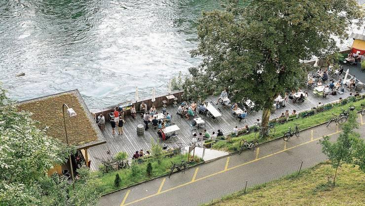 In Baden wird die Limmat – wie hier mit der Sommerbar Triebguet – zu selten in die Stadtgestaltung miteinbezogen, findet die SP.