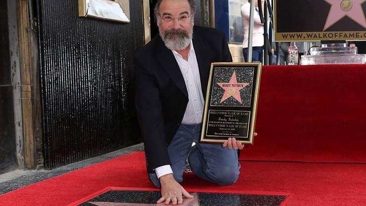 """US-Schauspieler Mandy Patinkin (""""Homeland"""") posiert vor seinem Stern auf dem """"Walk of Fame"""" in Hollywood."""