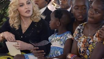 Madonna mit (v.l.) ihren Adoptivkindern Stella, David und Mercy bei der Eröffnung des von ihrer Stiftung aufgebaute The Mercy James Institute for Pediatric Surgery and Intensive Care.