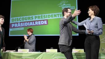 """Viel Freude bei den Grünen: Die Delegierten feierten ihre Präsidentin Regula Rytz (rechts) an ihrer Versammlung in Bern. Eines sei nach den Wahlen klar, rief diese in den Saal: """"Grüne gehören in den Bundesrat."""""""