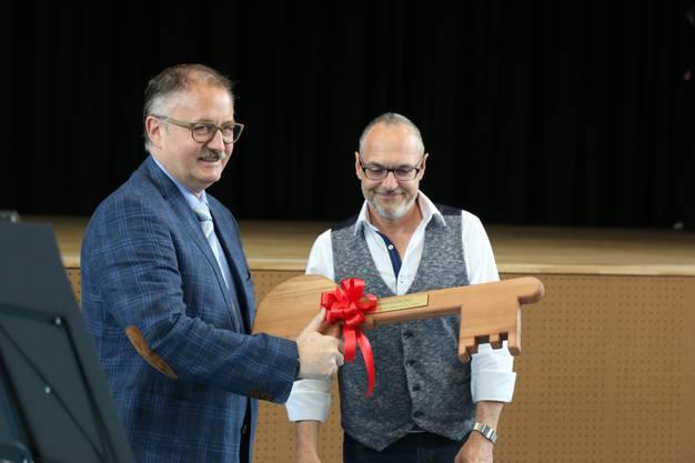 Schlüsselübergabe von Markus Huber an den Gemeindepräsidenten Peter Frei