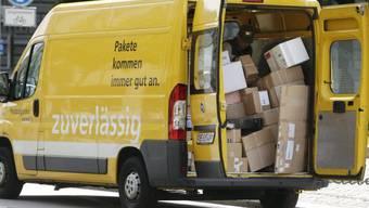 Volle Paket-Lieferwagen der Post vor Weihnachten