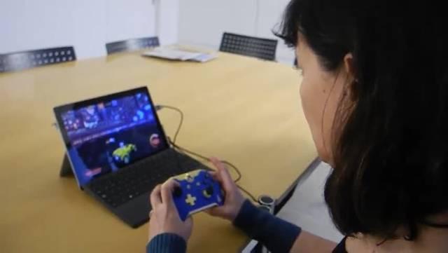 Zwei Mitglieder des Vereins Butterlan erklären Redaktorin Rahel Meier wie man Online-Games spielt