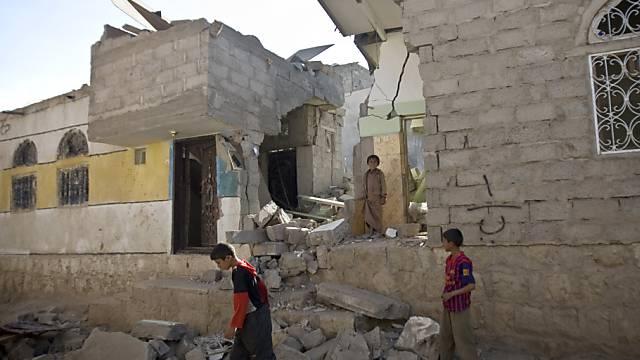 Knaben in Sanaa stöbern in den Trümmern ihres Hauses