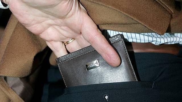 Dem 17-Jährigen wurden das Portemonnaie und Geld gestohlen (Symbolbild)