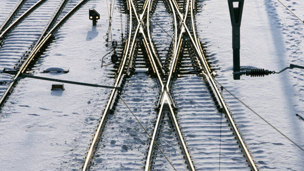 Kaltstart für Lokführer am Montagmorgen: Wegen der Kälte mussten die Lokführer Schlösser, Trittbretter und Weichen enteisen. (Symbolbild)