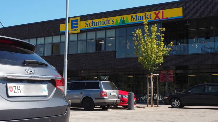Auf den Parkplätzen der deutschen Einkaufszentren sind nach wie vor auch  Schweizer Nummernschilder zu sehen – wenn auch nur vereinzelt.