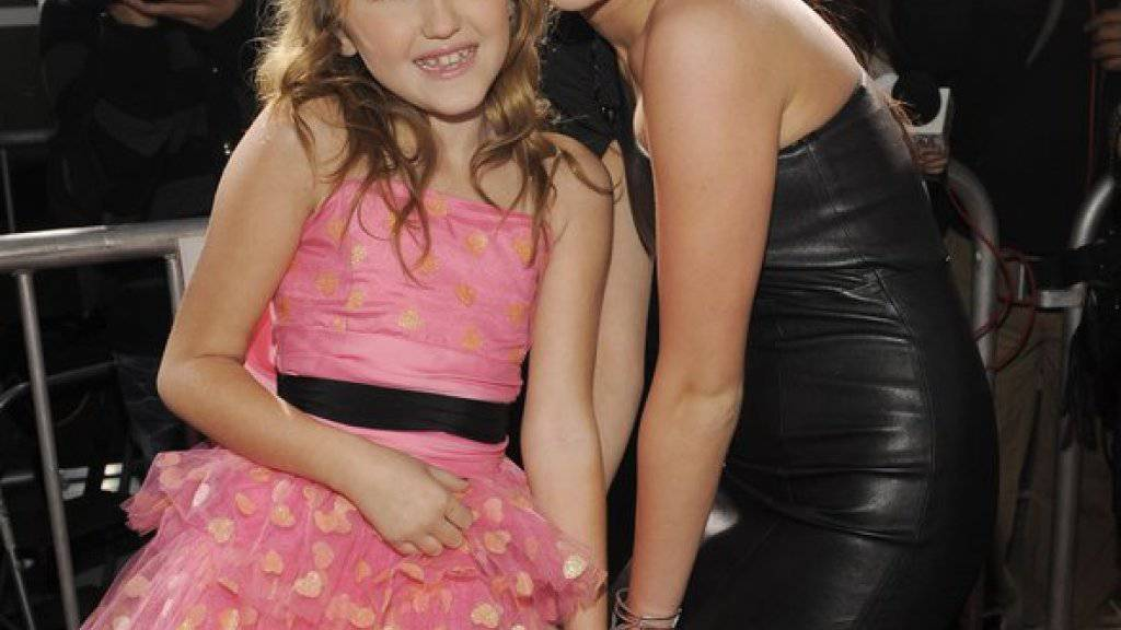 Miley Cyrus (r.) muss sich warm anziehen: Ihre kleine Schwester Noah - hier beim gemeinsamen Posen im Jahr 2010 -  hat gerade ihre erste Single veröffentlicht. (Archivbild)