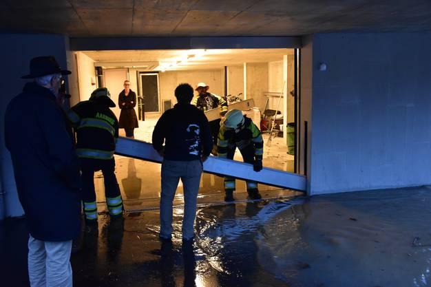 Die Feuerwehr Aarburg platzierte Hochwasserblockaden beim «Steiner-Haus».