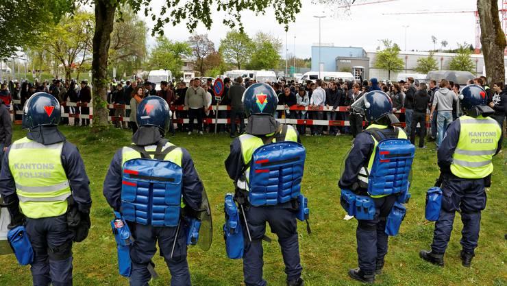 Die Polizei hat die Fans eingekesselt und Abschrankungen aufgestellt