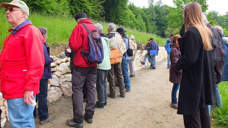 Die Besucher des Regionaltreffens an der Trockenmauer im Fuden