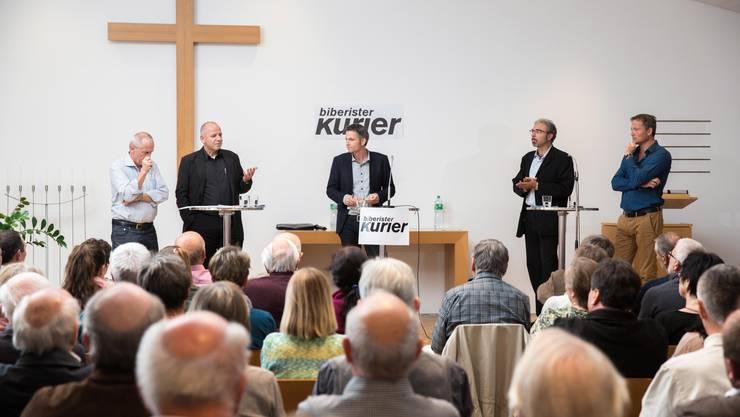 Von links: Martin Ast, Markus Dick, Eric Send, Stephan Hug und Alex Miescher diskutieren Vor- und Nachteile einer Fusion Top 5.