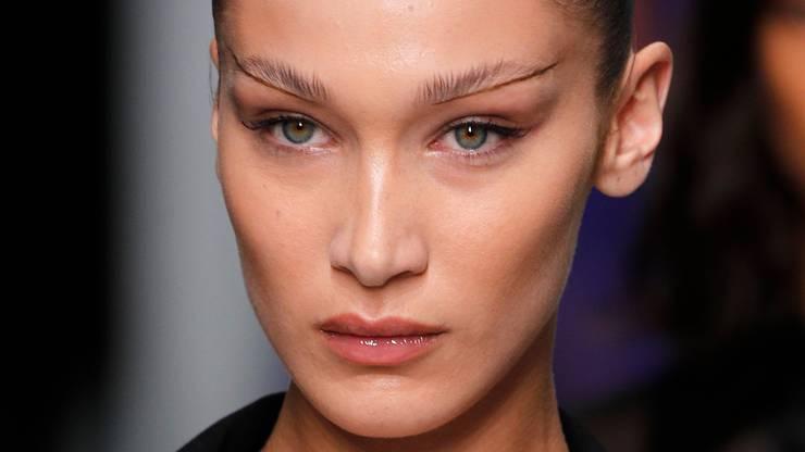 Model Bella Hadid sorgt mit ihren katzenhaften Augen überall für Aufsehen.