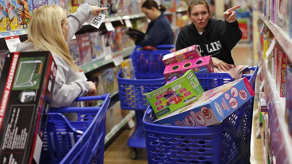 Die Einkaufswagen am «Black Friday» waren zwar schon noch stärker gefüllt. Der Einkauf im Feiertagsgeschäft verteilt sich inzwischen aber auf mehr Tage - und auch online wird mehr geshoppt.