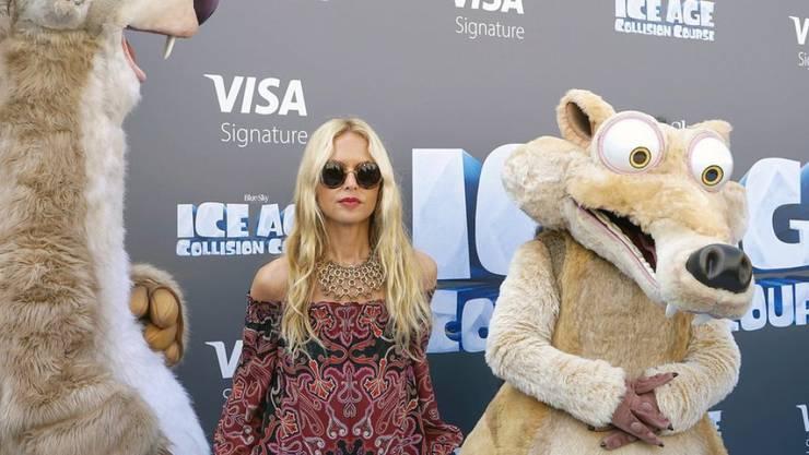 """Stylistin Rachel Zoe (Mitte) posiert zusammen mit Figuren des Films """"Ice Age: Collision Course"""" (Archiv)"""