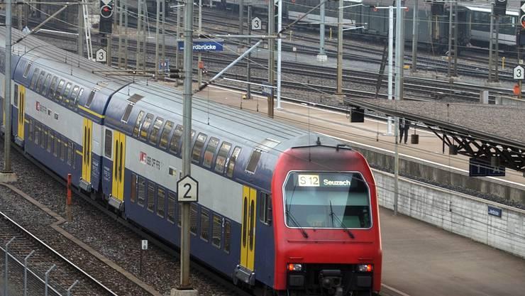 Pendler an der Hardbrücke müssen sich gedulden: Der Bahnverkehr ist eingeschränkt. (Symbolbild)