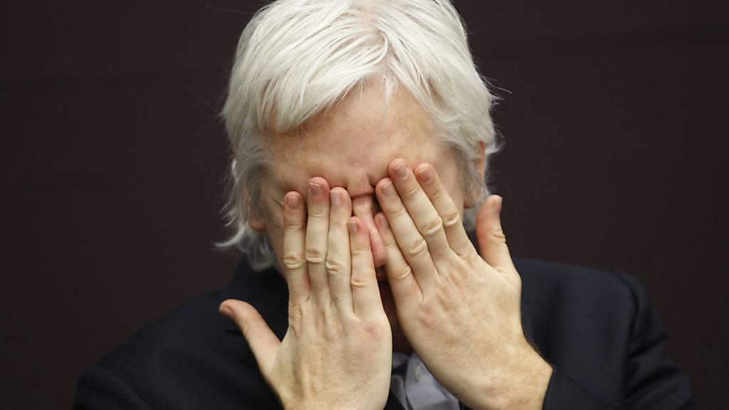 ARCHIV - WikiLeaks-Gründer Julian Assange hält die Hände vor das Gesicht während einer Pressekonferenz im Stadt-Zentrum. Wikileaks-Gründer Julian Assange bleibt in Großbritannien in Haft. Ein Gericht in London lehnte am Mittwoch den Antrag der Verteidigung ab, den 49-Jährigen gegen Kaution freizulassen. Foto: Lefteris Pitarakis/AP/dpa