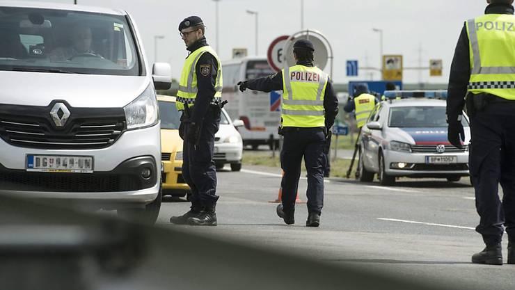 """Österreichische Polizisten an der Grenze zu Ungarn: Geht es nach dem österreichischen Innenminister wird es diese Bild noch """"für viele Monate"""" geben. (Archivbild)"""