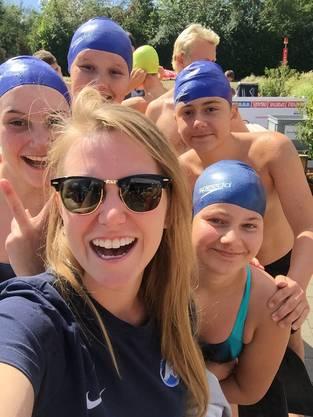 Das Jugendteam mit Trainerin Anna Richi. Alle schwammen bereits in den Jugendgruppen des Vereins und kämpfen nun Seite an Seite mit ihren ehemaligen Leitern an den Wettkämpfen.