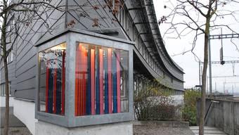 Das direkt beim Bahnhof Brugg situierte Gebäude der Firma Metron AG ist bekannt. Die Firma zeigt sich nicht nur durch ihren Förderpreis kulturinteressiert, sondern auch durch ihren «Brutkasten» mit zeitgenössischer Kunst.