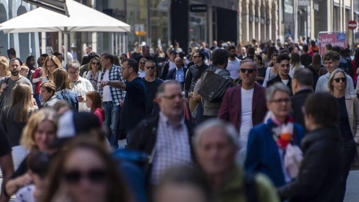 Gedränge in Basel am Wochenende. Soziale Distanz ist hier nicht möglich.