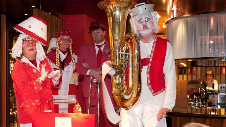 Schnitzelbänke gehören zur Tradition: 2012 besang eine Gruppe die Krise der eigenen Szene.