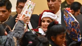 Interimspräsidentin Jeanine Áñez verteilt Geschenke an minderbemittelte Kinder. (Archivbild)